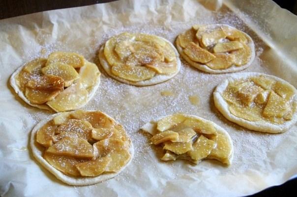 Яблочные мини пироги с бананом и карамелью