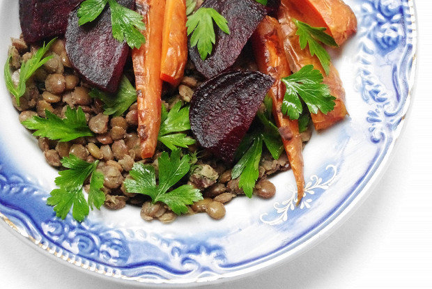 Запеченные овощи и чечевица под соусом айоли
