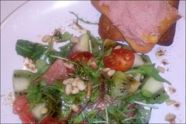 Салат с семгой, киви и кедровыми орешками