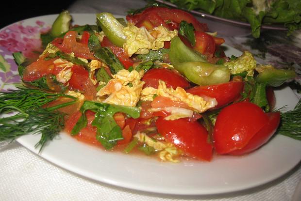 Легкий овощной салат с рукколой и пекинской капустой