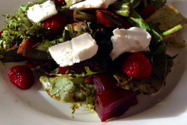 Салат с запеченной свеклой и козьим сыром под малиново-бальзамическим соусом