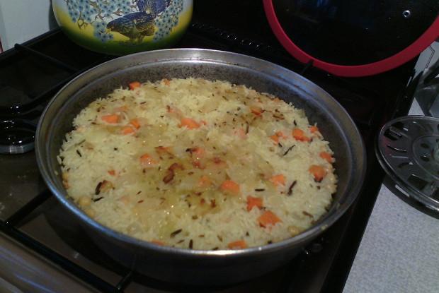 Жареный рис с морковью, луком, нутом и индийскими специям