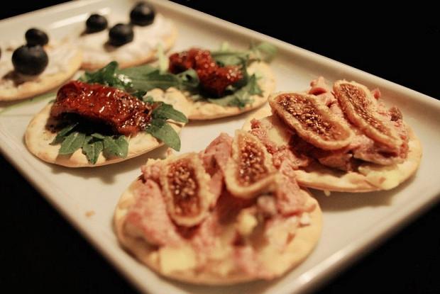 Тапас с фуа-гра, вялеными помидорами и козьим сыром