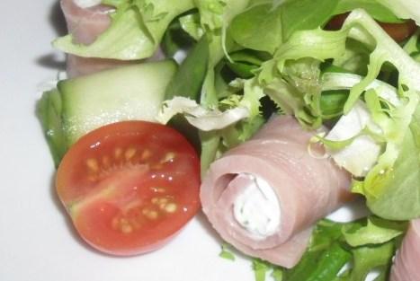 Салат из ветчины и творожного сыра