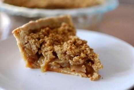 Американский яблочный пирог с ореховым топпингом