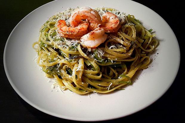 Спагетти с чукой и креветками