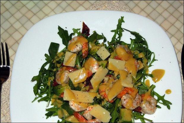 Салат из креветок с рукколой и авокадо