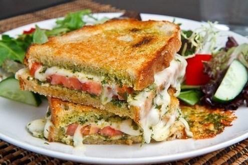 Жареный на гриле сэндвич с капрезе