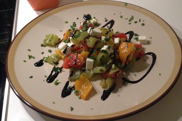 Вегетарианский салат с запечеными перцами и фетой