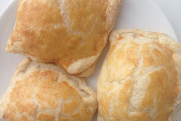 Пирожки с сыром из слоеного теста