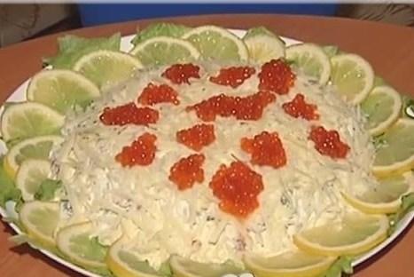 Слоеный салат с рыбой и помидорами
