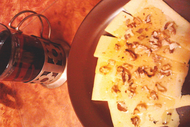 Сырная закуска с медом и орехами