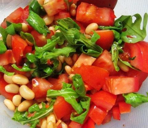 Салат с рукколой, фасолью и помидорами