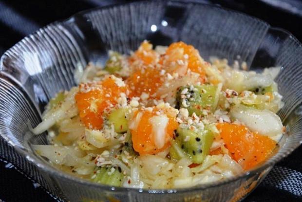 Салат из капусты и фруктов