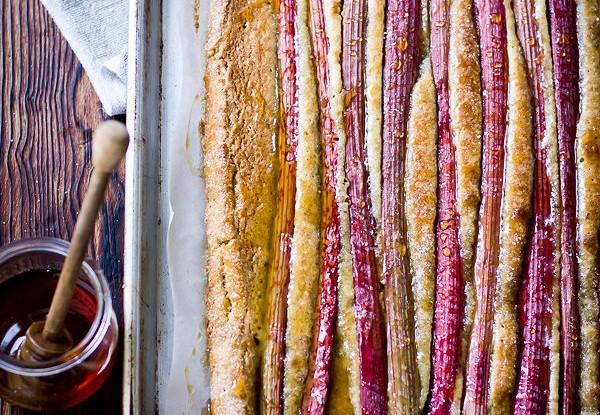 Деревенский миндальный пирог с ревенем