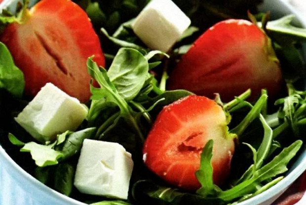 Салат с клубникой, рукколой и сыром фета