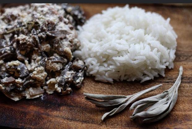 Кролик тушеный в сливочном соусе с грибами и травами