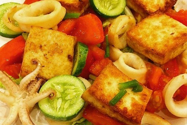 Теплый салат с кальмарами и тофу