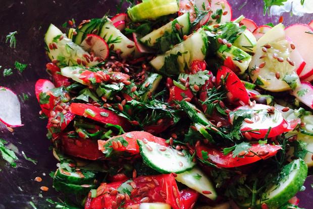 Летний салат с льняным маслом