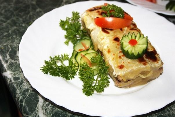 Кабачковый закусочный рулет с мясом и грибами