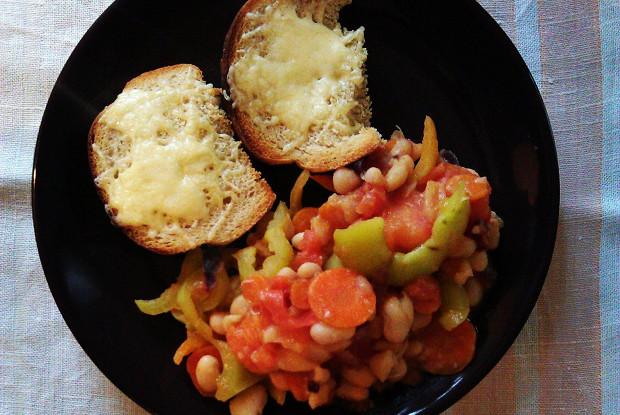 Теплый салат с белой фасолью