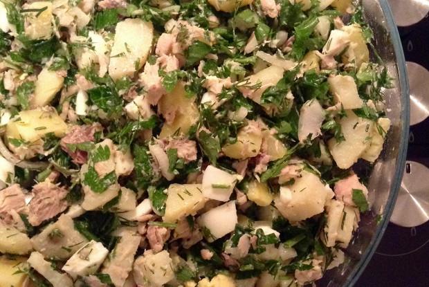 Картофельный салат с яйцами и тунцом