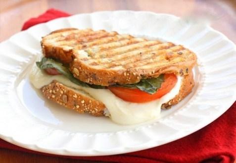 Бутерброд «Капрезе с соусом»