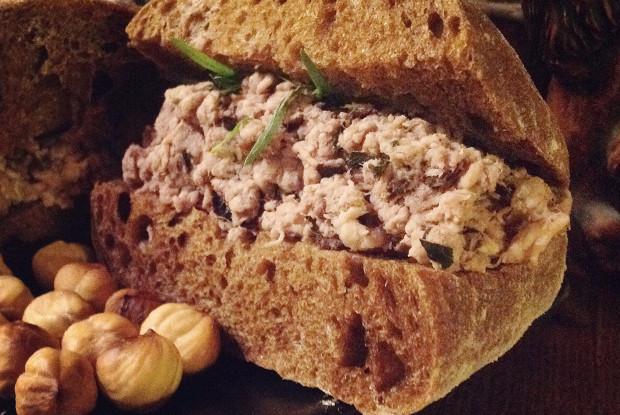 Скандинавский многоэтажный мясной бутерброд с вишневым соусом