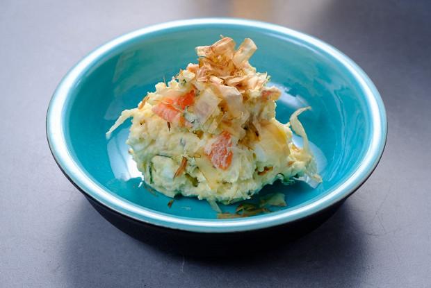 Картофельный салат с беконом и стружкой бонито