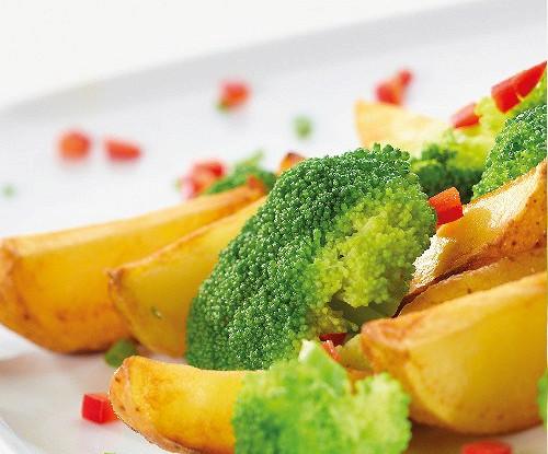 Запеченная брокколи с картофелем