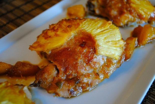 Ароматная курица, запеченая с ананасом и картофелем