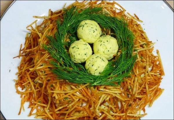 Картофельная закуска с курицей и яйцами