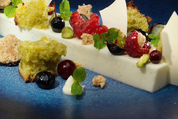 Йогуртовое желе с фисташковым кексом и ягодами