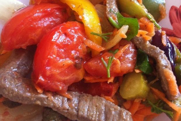 Мясной салат с овощами