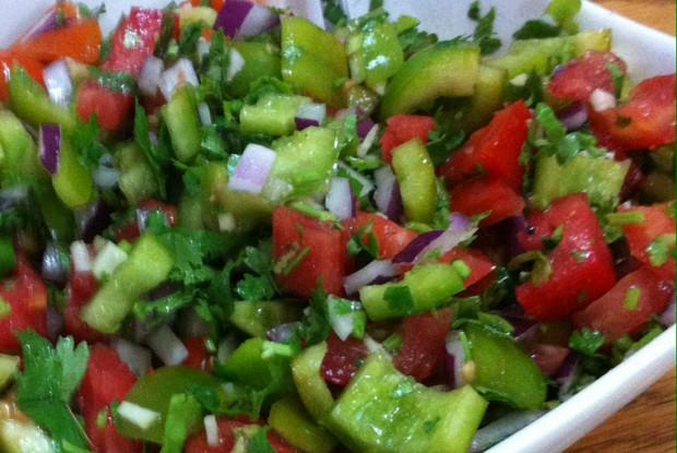 Красный салат из перцев и томатов с чесноком