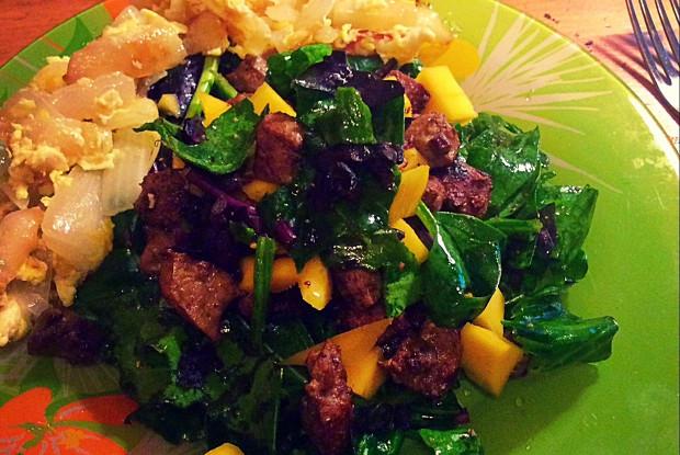 Осенний салат с печенью и манго