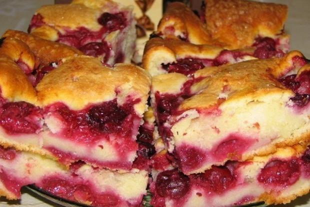 Быстрый пирог с замороженными ягодами (вишней)