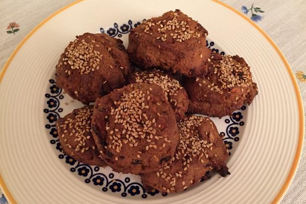 Печенье из кукурузной муки с орехами и черносливом