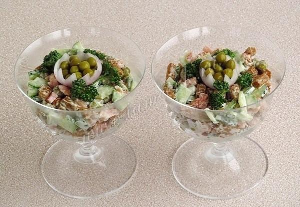 Салат с сухариками и копченой колбасой
