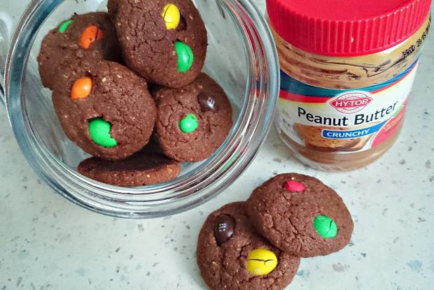 Шоколадно-арахисовое печенье с разноцветным драже