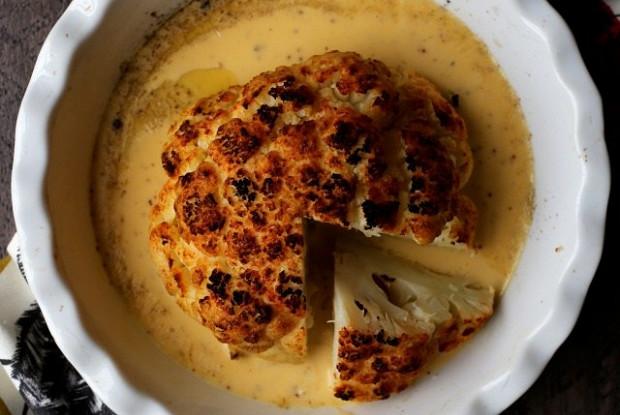 Запеченная целиком цветная капуста в сырно-пивном соусе