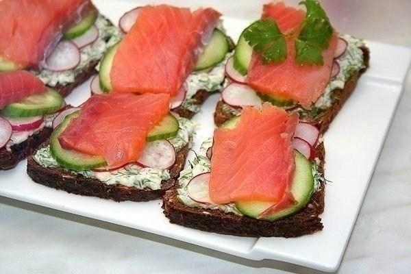 Сэндвич с семгой и свежими овощами
