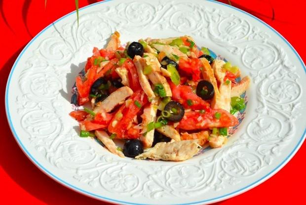 Салат из курицы с оливками и помидорами