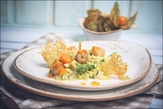 Морской гребешок с овощным ризотто