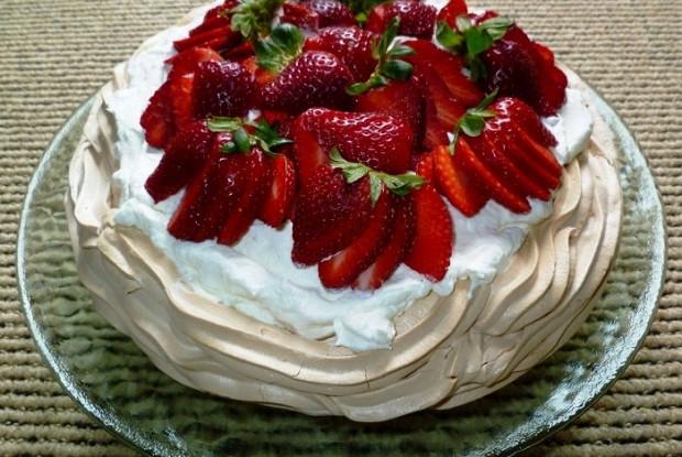 Десерт «Павлова» со свежими ягодами