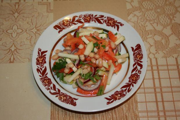 Салат из белой фасоли, яблока и болгарского перца
