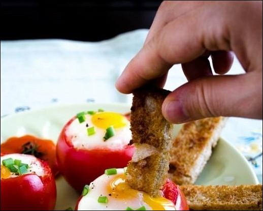 Яйца в помидорах с зеленым луком
