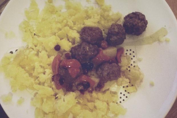 Фрикадельки в клюквенно-медовом соусе в духовке