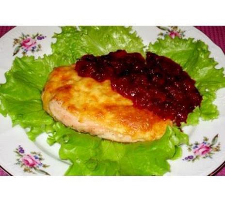 Куриное филе с брусничным соусом