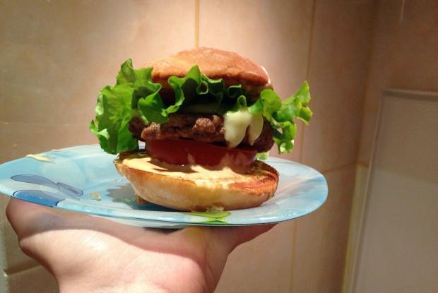 Бургер с говядиной и горчичным соусом